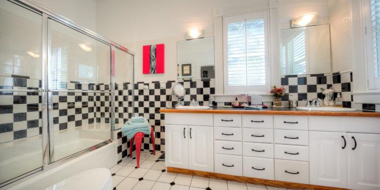 villa-mill-key-west-bathroom-checker